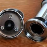 Der zusätzliche Pflastikpfropfen in der Metallhalterung wird in das Loch der Klimmzugstange geschoben.